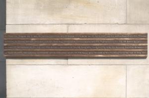 """Gedenktafel zur Befreiung Leipzigs von der NS-Diktatur durch die US-Armee am 18. April 1945 an der """"Runden Ecke"""""""