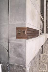 Gedenktafel zur Befreiung Leipzigs von der NS-Diktatur durch die US-Armee am 18. April 1945 an der Runden Ecke. Foto: Carl Jesche